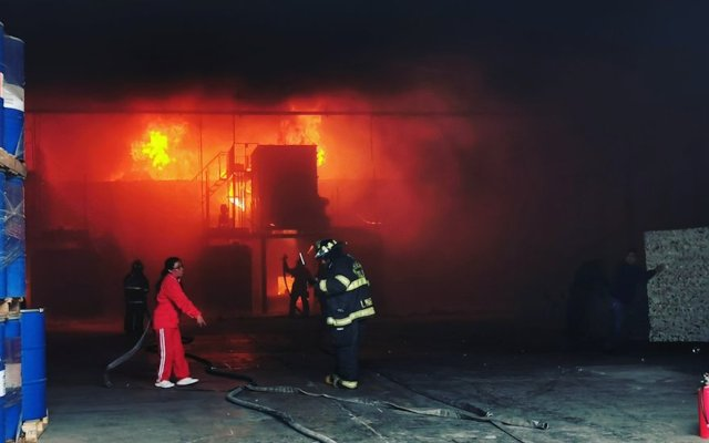 Se incendia fábrica de polímeros en Toluca - Foto de @Sonia_Vilchis