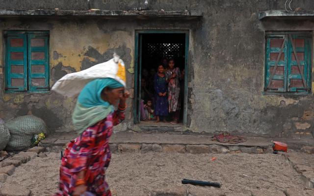 Los otros refugiados: los desplazados por desastres ambientales - Foto tomada en India el 13 de junio de 2019. Una familia permanece en el interior de su casa debido a las rachas de viento ante la pronta llegada del ciclón Vayu. Foto de EFE/DIVYAKANT SOLANKI.