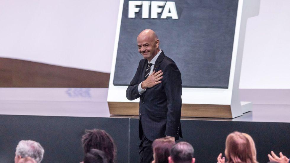 Indemnizan a FIFA con 201 mdd por delitos de exfuncionarios - El presidente de la FIFA, el suizo Gianni Infantino, reacciona tras ser renovado en su cargo durante la celebración del 69 Congreso de la FIFA, este miércoles en París. Infantino fue el único candidato a un puesto al que llegó por primera vez en febrero de 2016 y en el que prolongará su segunda etapa hasta 2023. Foto de EFE/ Christophe Petit Tesson.