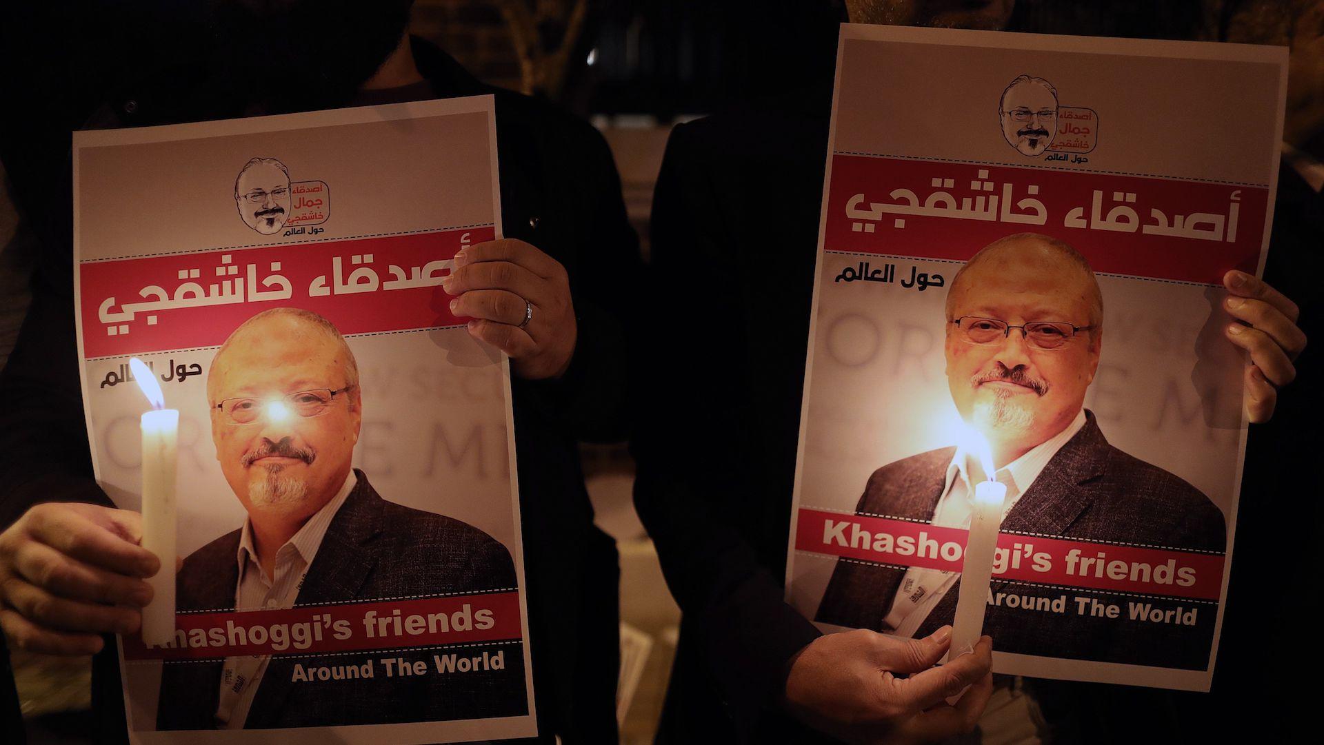 Fotografía de archivo realizada el 25 de octubre de 2018 que muestra a manifestantes durante una vigilia por el periodista Jamal Khashoggi ante el consulado de Arabia Saudí en Estambul. Foto de EFE/ Erdem Sahin.