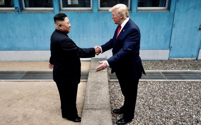 Trump es el primer presidente de EE.UU. en pisar Norcorea - Kim Jong-un y Donald Trump en frontera de Norcorea y Corea del Sur. Foto de @Scavino45