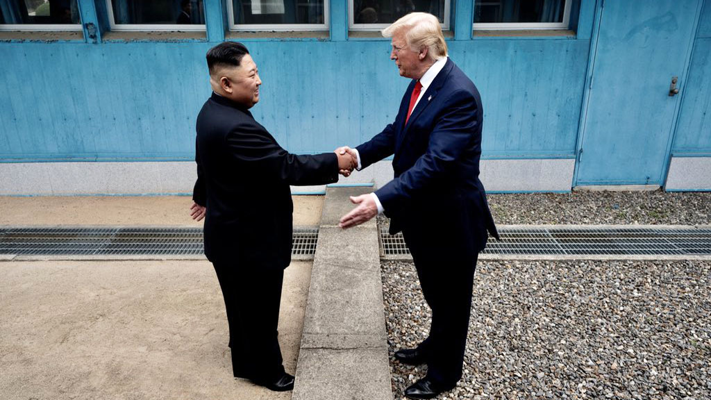 Kim Jong-un y Donald Trump en frontera de Norcorea y Corea del Sur. Foto de @Scavino45