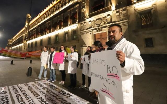 Médicos del Estado de México se manifiestan en Palacio Nacional - Los médicos llegaron alrededor de las 05:00 h al Zócalo capitalino. Foto de Notimex