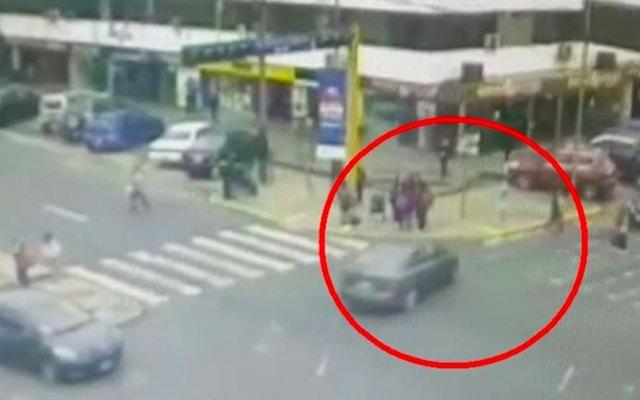 #Video Maestra atropella a seis menores en Perú - maestra atropella