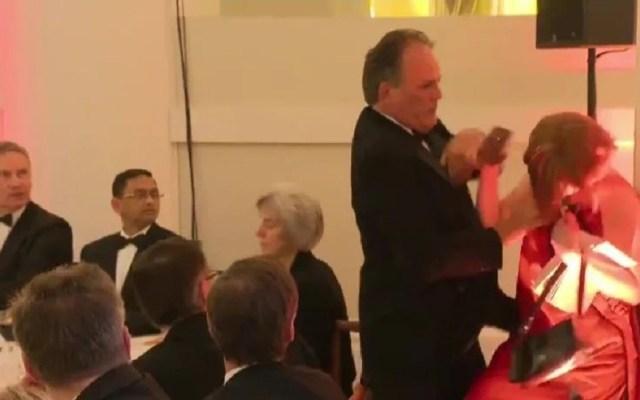 #Video Ministro saca por la fuerza a activista de evento oficial - Maltrato a la activista Janet Barker. Captura de pantalla