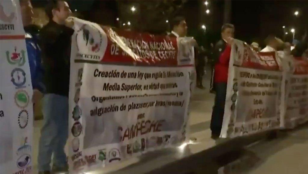 Manifestantes afectan circulación en el Zócalo. Noticias en tiempo real