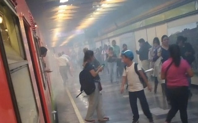 Fallas en Metro Miguel Ángel de Quevedo provocan nube de humo - Foto de @Delta25MX