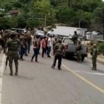 Policías comunitarios retienen a marinos en Guerrero - Foto de @sethrojasmolina