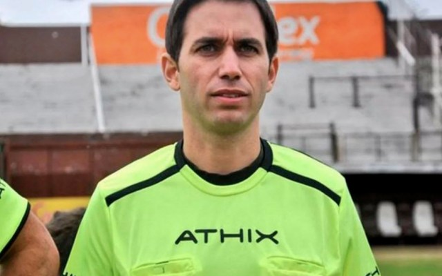 Detienen por segunda vez a exárbitro argentino por intento de abuso - Foto de @TodaPasion