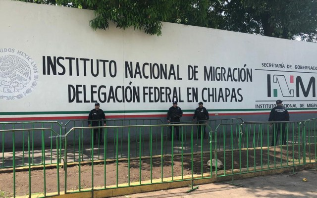 Refuerzan seguridad en estación migratoria de Tapachula con 103 policías - Miembros del Servicio de Protección Federal afuera de estación migratoria de Tapachula. Foto de SSPC