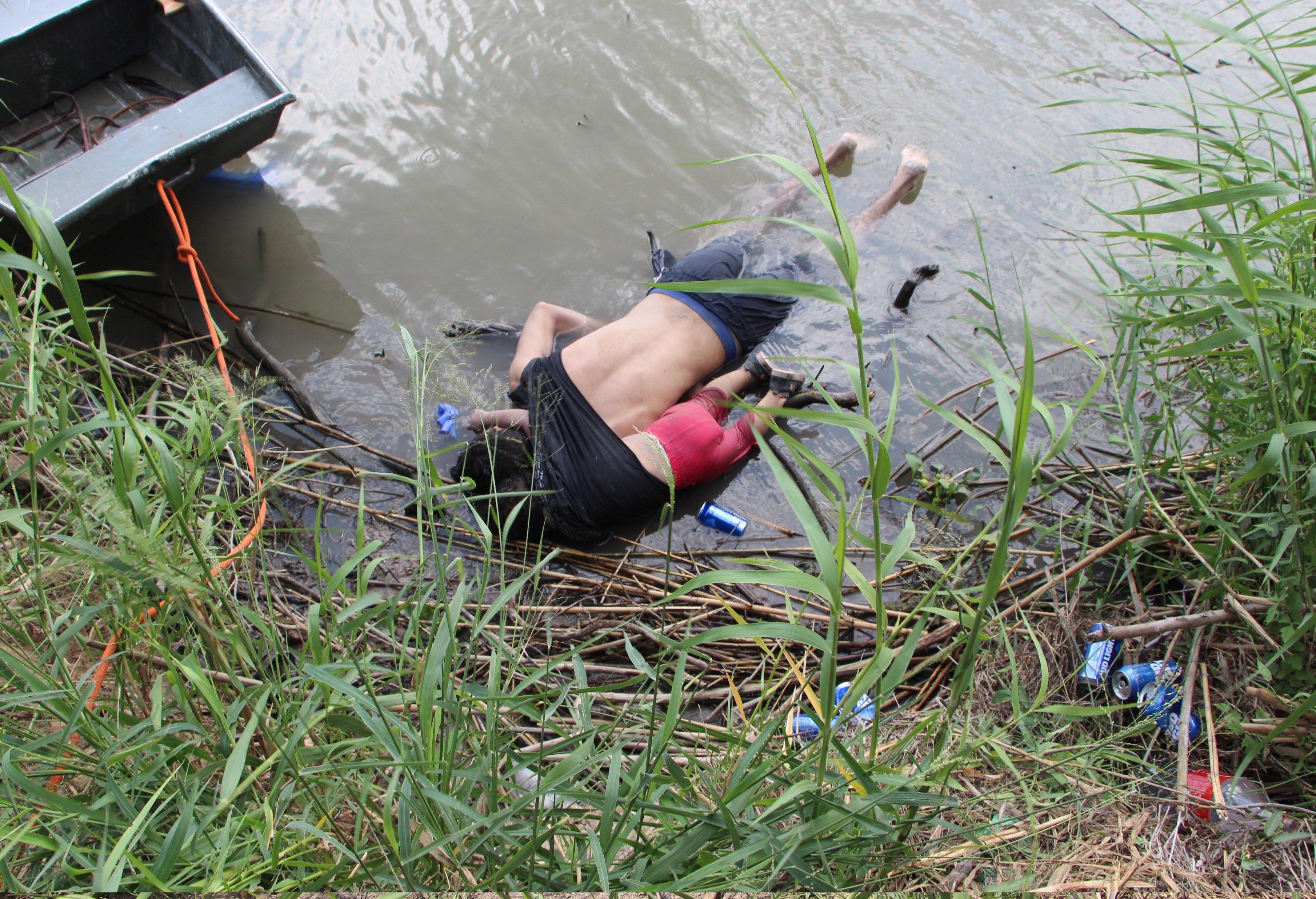 Los cuerpos sin vida de un presunto migrante y su bebé a una orilla del Río Bravo en Matamoros, frontera con EE.UU., en el estado de Tamaulipas (México). Foto de EFE/ Abraham Pineda-Jácome.