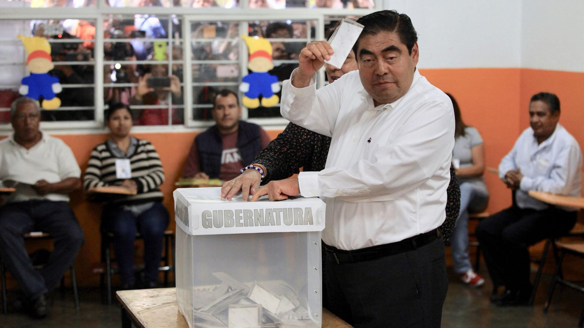 Miguel Barbosa depositando su voto en la urna. Foto de Notimex