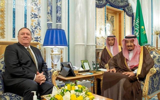Pompeo se reúne con el rey Abdelaziz en Arabia Saudí - EPA1403. JEDDAH (ARABIA SAUDÍ), 24/06/2019.- El rey saudí, Salman bin Abdelaziz (d), recibe al secretario de Estado estadounidense, Mike Pompeo (i), este lunes, en Jeddah, Arabia Saudí. Pompeo visita el país árabe para tratar la situación de creciente tensión entre Estados Unidos e Irán. EFE/ Bandar Al-galoud / Palacio Real Saudí FOTO CEDIDA SÓLO USO EDITORIAL? NO VENTAS