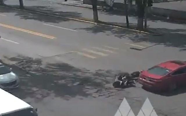 #Video Motociclista derrapa para evitar accidente y sufre fuerte golpe - Motociclista contra automóvil en Ixtapaluca. Captura de pantalla