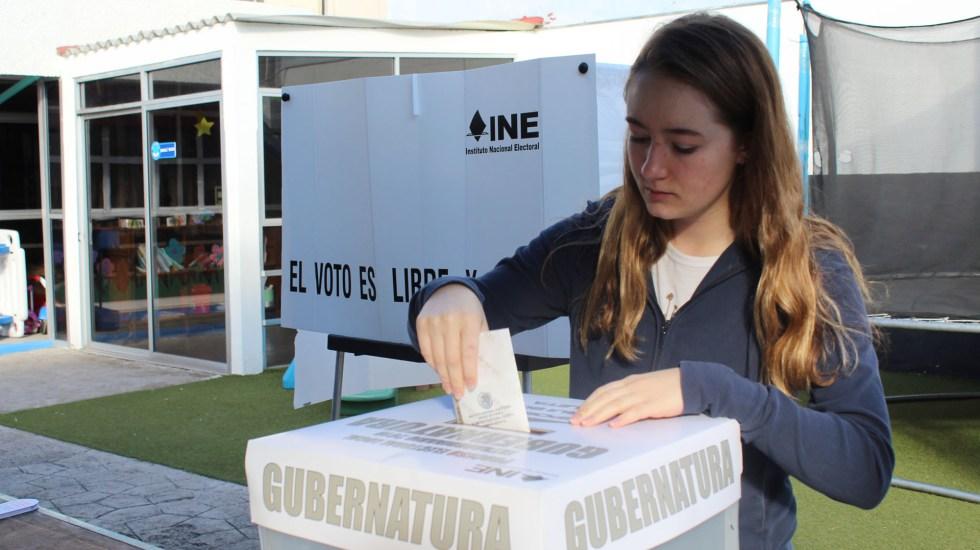 """Iglesia pide votar por políticos con """"clara capacidad"""" para gobernar - Mujer participa en comicios de Puebla. Foto de Notimex"""