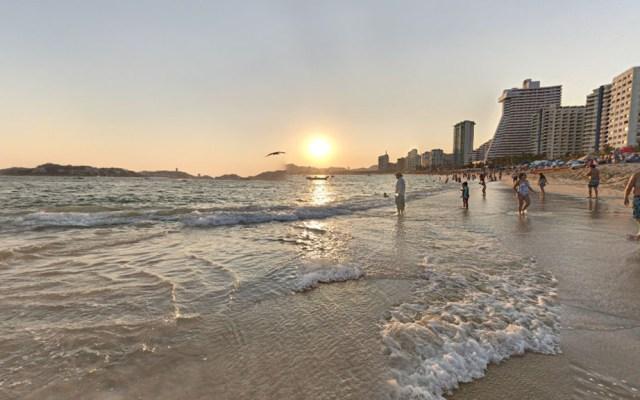 Ola arrastra al mar a niñas pequeñas en Acapulco - Playa La Condesa de Acapulco. Foto de JL Estalayo