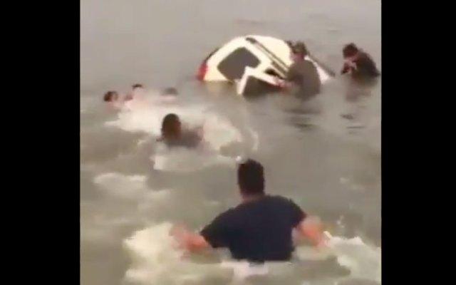 #Video Familia cae en su camioneta a una presa en Jalisco - Captura de pantalla