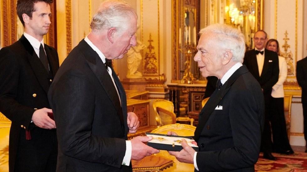 Condecoran a Ralph Lauren como caballero honorario de Inglaterra - Ralph Lauren recibe condecoración del príncipe Carlos de Inglaterra. Foto de @RalphLauren