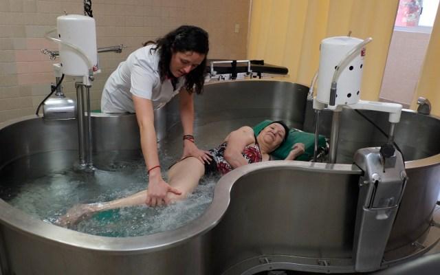 IMSS mejora calidad de vida de pacientes con esclerosis amiotrófica - Rehabilitación para personas con esclerosis amiotrófica. Foto de IMSS