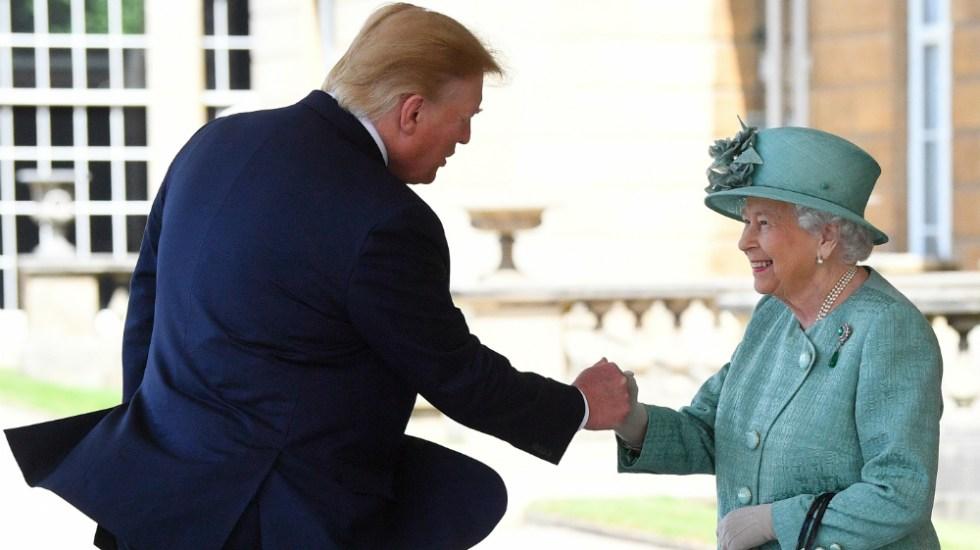 Los broches que utiliza la Reina Isabel II, ¿mensaje directo a Trump? - Foto de AFP
