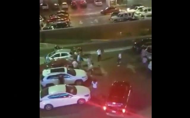 #Video Arrollan a jóvenes durante riña en plaza comercial de Monterrey - Captura de pantalla
