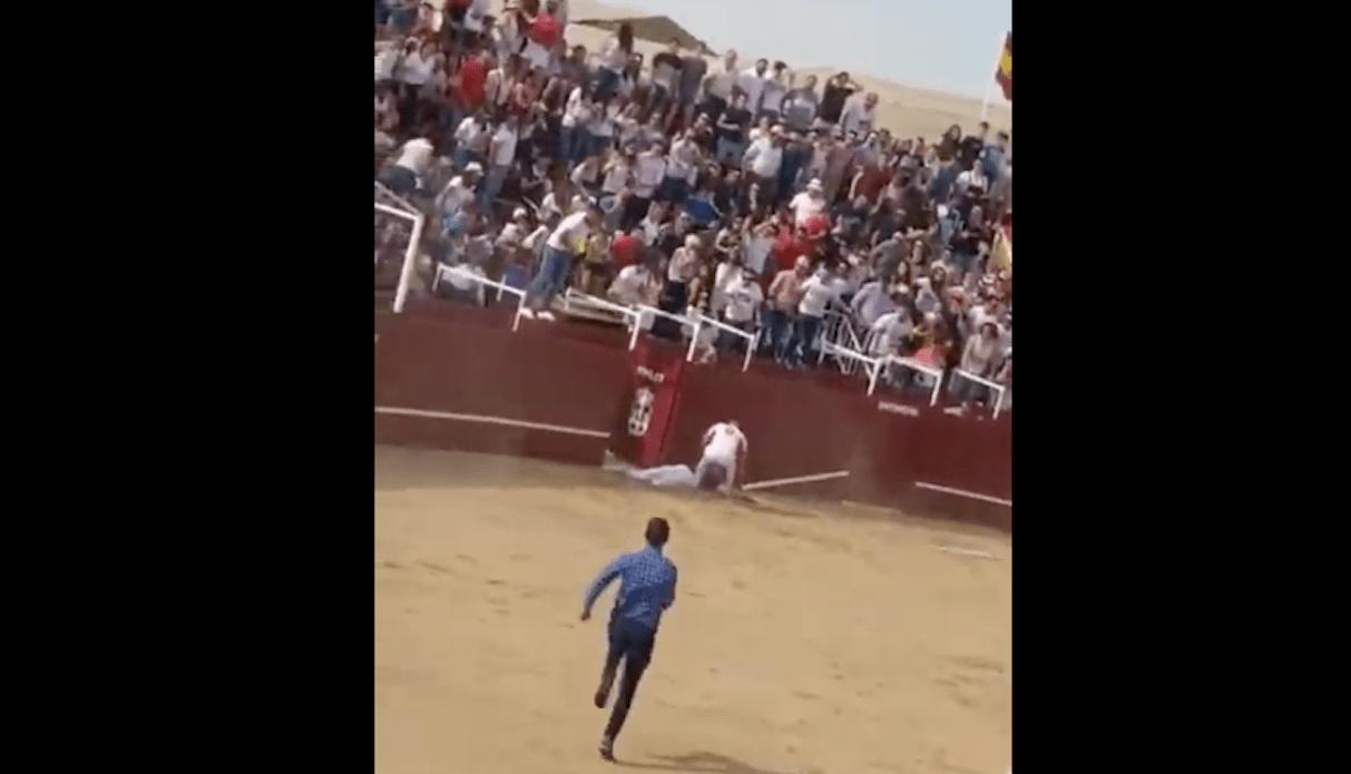 Muere hombre tras brutal cornada de toro [Toros]