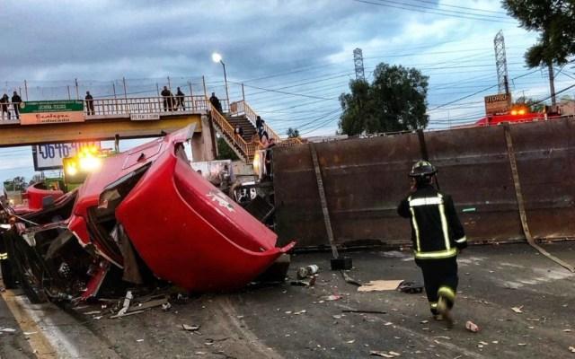 #Video Tráiler aplasta autos y mata a mujer sobre la Texcoco-Lechería - Tráiler volcado sobre la Texcoco-Lechería. Foto de @JerrxG13
