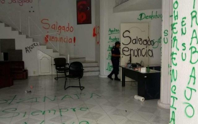 Normalistas de Ayotzinapa vandalizan oficinas del SEG - Vandalismo al interior del SEG. Foto de Rogelio Agustín