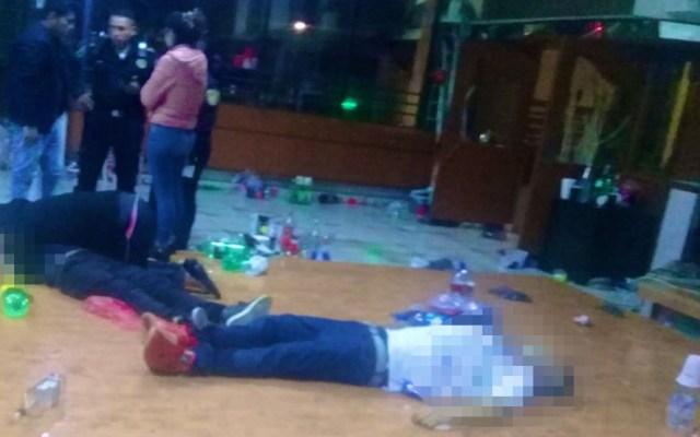 Asesinan a dos jóvenes en pista de baile de bar de Coapa - Víctimas sobre la pista de baile de bar en Coapa. Foto Especial