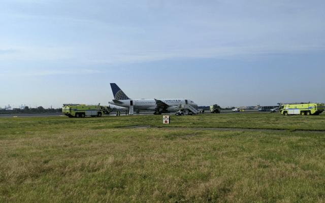 Aterrizaje de emergencia provoca cierre del aeropuerto Newark - Foto de Twitter @jmurray26