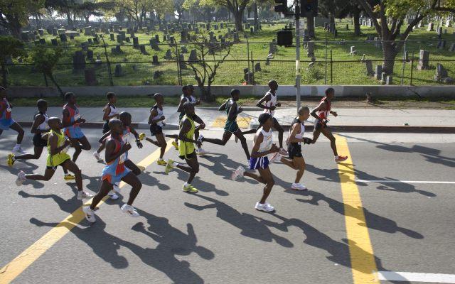 Se suicida corredor latino descalificado de la maratón de Los Ángeles - Cerca de 25 mil personas iniciaron el 2 de marzo de 2008 la competencia número 23 de la Maratón de Los Angeles, California . Foto de EFE