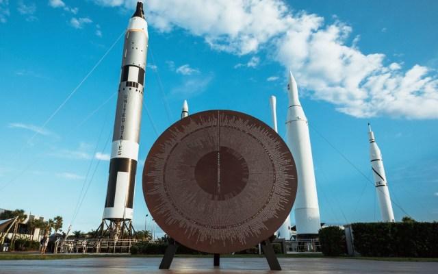 """Richard Branson: """"Dominar el espacio cambiará el mundo para bien"""" - Fotografía sin fecha cedida por Virgin Galactic donde se muestra una escultura de metal titulada"""
