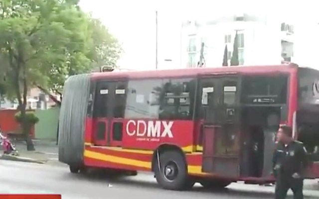 Metrobús impacta a automovilista en Iztacalco - Captura de pantalla/Foro TV