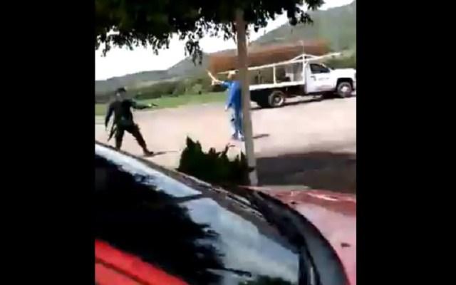 Acuchilla a dos meseras y mata a repartidor tras discutir con su esposa - Agresor amenazando a policía con machete. Captura de pantalla