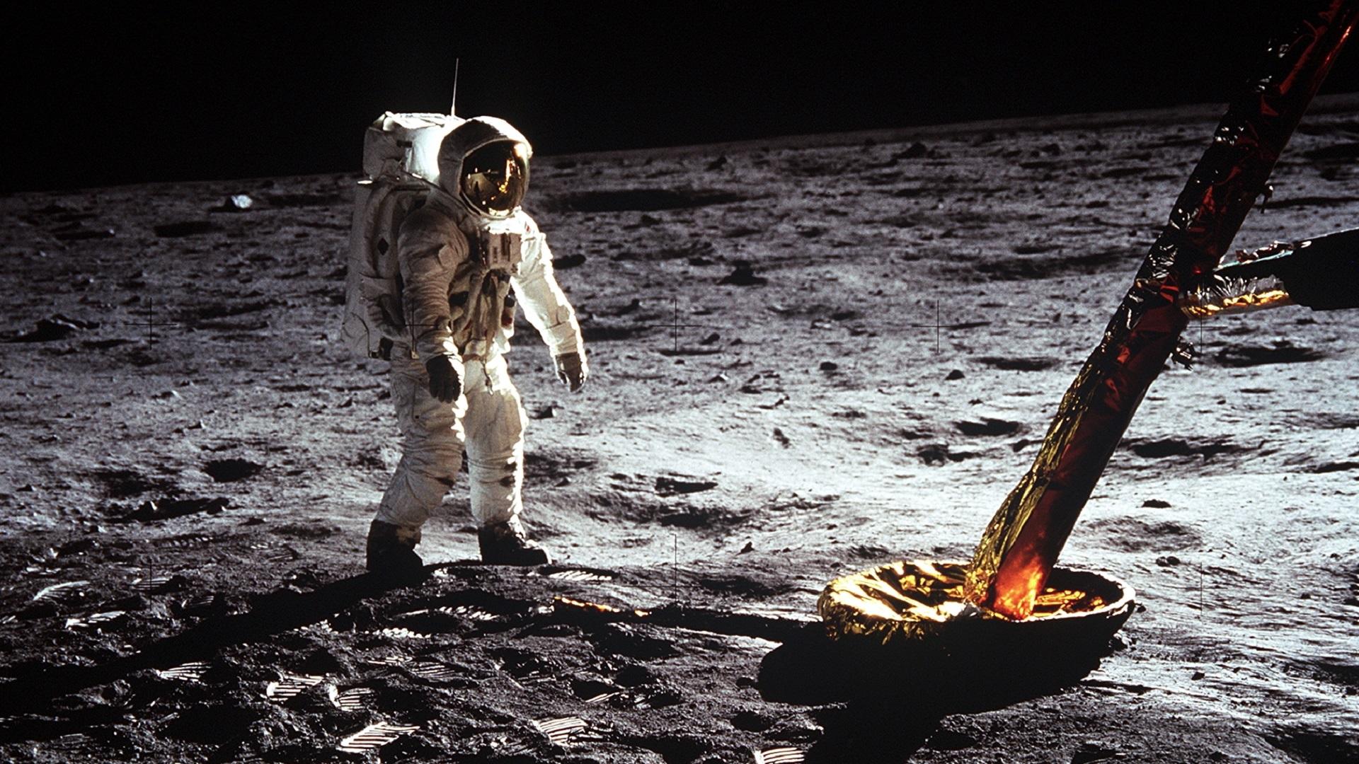 Buzz Aldrin dando sus primeros pasos sobre la superficie de la Luna. Foto de NASA
