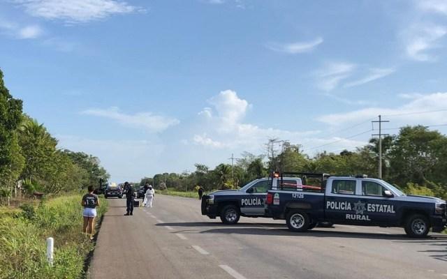 Ejecutan a ocho y hieren a dos más en Quintana Roo - Policías resguardan la zona donde ocurrieron las ejecuciones en Bacalar. Foto de Noticaribe.