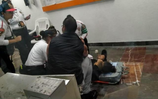 Nace bebé en el Metro Zócalo - La labor de elementos de emergencia en el Metro Zócalo. Foto de @MetroCDMX