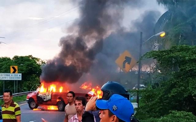 Bloquean carretera e incendian vehículos en Tabasco - bloqueo villahermosa-teapa