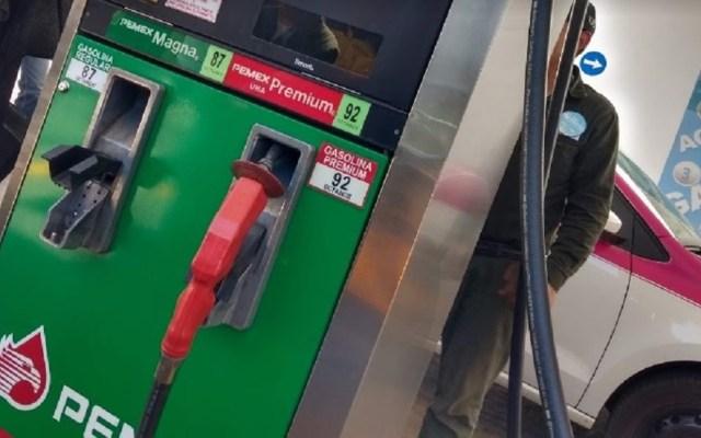 Gasolinas aumentan más de un peso por litro en 15 días - Bomba de gasolina. Foto de Alanis Black / Google Maps
