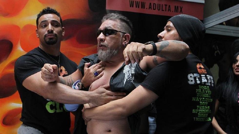 Carlos Trejo siendo retenido por su equipo para evitar pelea. Foto de EFE