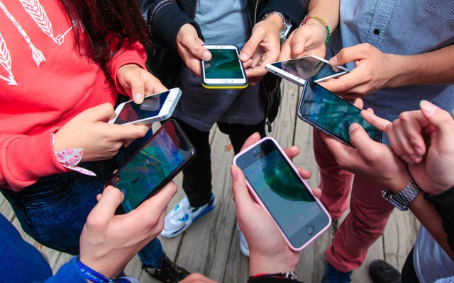 Pasar más de cinco horas al día en el celular aumenta el riesgo de obesidad - celular