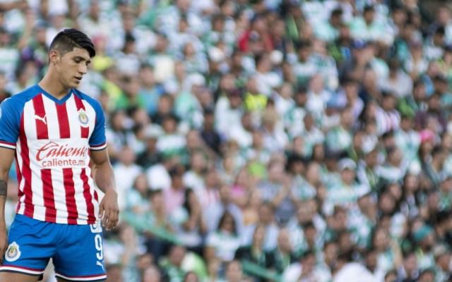 Chivas inicia torneo con decepción; sufre goleada ante Santos - Alan Pulido, delantero de Chivas. Foto de MExsport.