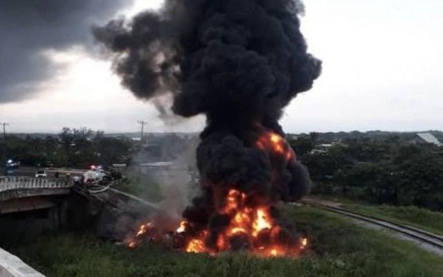 Pipa con diésel cae de puente en Coatzacoalcos y se incendia - Coatzacoalcos pipa accidente lesionado