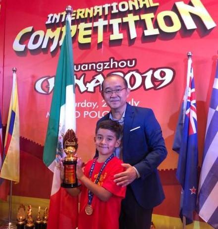 Sergio con la Copa Champions del Campeonato Mundial de Cálculo Mental. Foto de El Universal