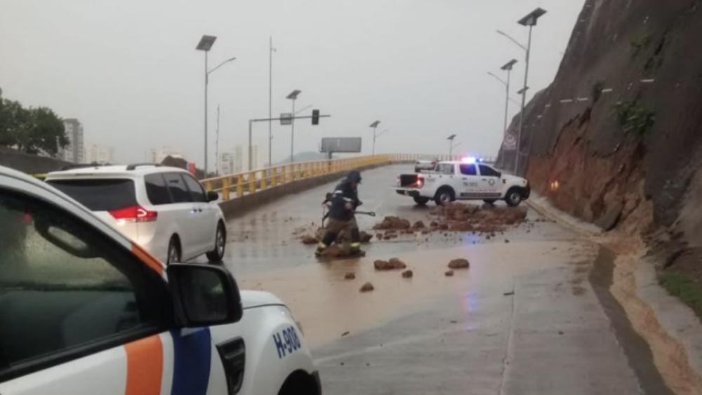 Lluvia ocasiona encharcamientos y deslave en Huixquilucan - Foto de @EnriqueVargasdV