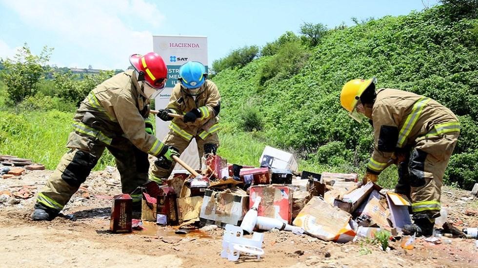Destruyen tres mil botellas de bebidas alcohólicas ilegales - Destrucción de botellas de bebidas alcohólicas. Foto de @SATMX