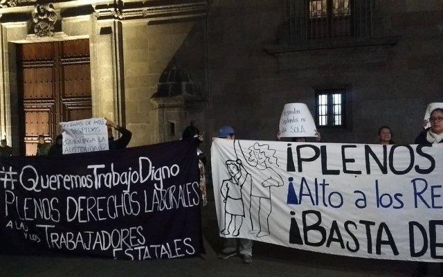 Trabajadores del DIF protestan afuera de Palacio Nacional; denuncian ola de despidos - Foto de @TrabajoDignoMX