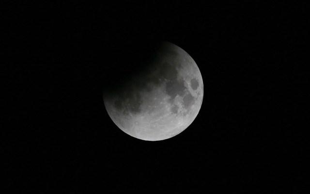 #Video Así se vio el eclipse lunar de este martes - Imagen del Eclipse Lunar Parcial del Centro de Astronomía Al Thuraya en el Golfo Emirato de Dubai, Emiratos Árabes Unidos, 16 de julio de 2019. Foto de EFE/EPA/Ali Haider