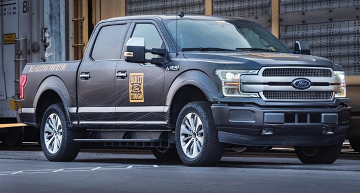 Demuestra Ford potencia de pickup eléctrica; tirando de tren
