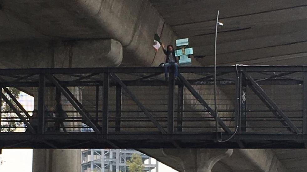 #Video Hombre se manifiesta en puente peatonal de Periférico Sur - Hombre de 44 años sobre puente peatonal de Periférico Sur. Foto de @vialhermes